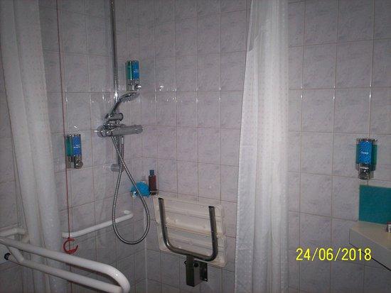 Holiday Inn Express Milton Keynes: shower area within the wet room/bathroom