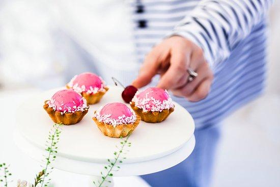 Pokrovsky Restaurant: Каждый день в кондитерской витрине десерты, которые удобно взять с собой