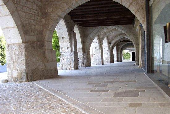Castelnau-Montratier, France: Les arcades de la place Gambetta