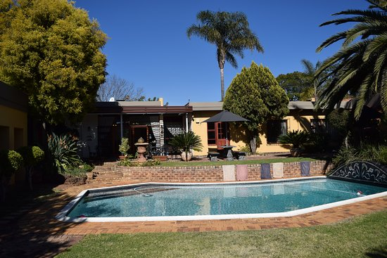 Jubilee Lodge Guesthouse: Great place to sit around the pool and relax