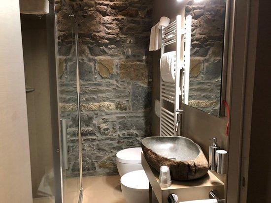 Bagno con parete in pietra foto di forvm boutique hotel trieste