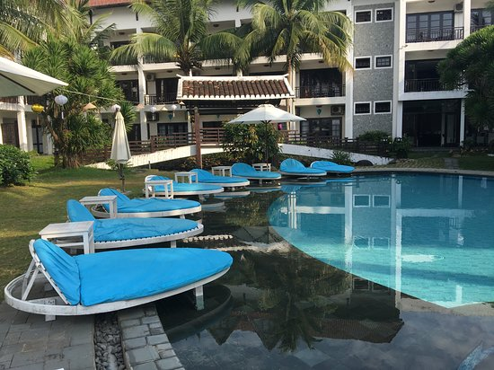 River Beach Resort & Residences: Pool lounges, in good shape & comfy too
