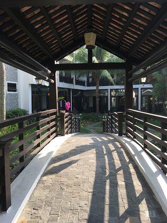River Beach Resort & Residences: Pretty bridge within grounds