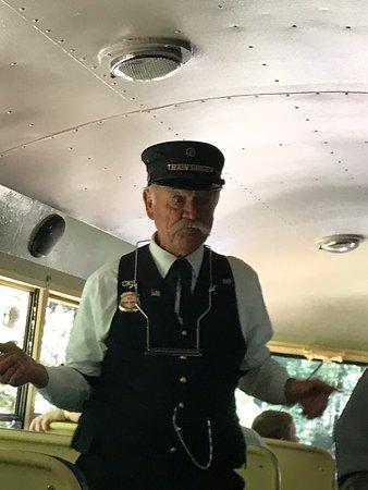 Skunk Train: Northspur Flyer fra Willits: The singing conductor