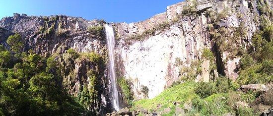 Cachoeira do Avencal: Vista panorâmica de baixo, pela trilha, antes de chegar à base da cascata.