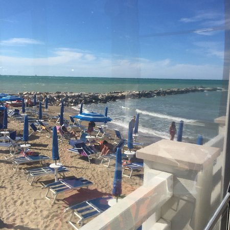 Casalbordino, Itália: La meravigliosa terrazza del Lido Nadia con la spiaggia che da sulla passerella di scogli