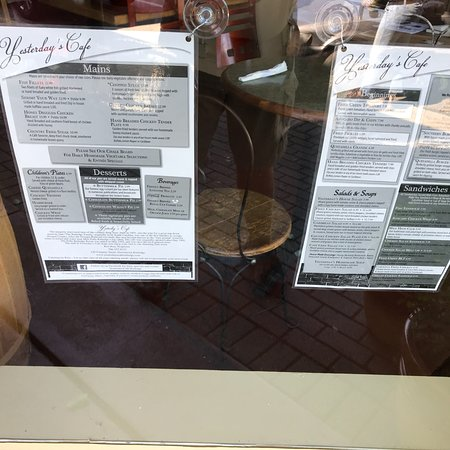 Rutledge, GA: Menus posted on the front window!!  Recommend the Southern Burger, Fried Green Tomatoes, and the