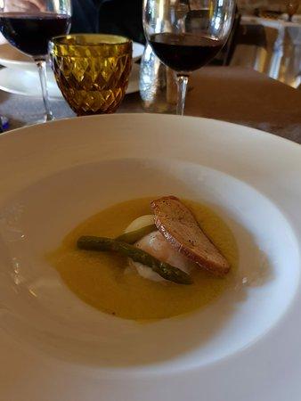 Cerreto di Spoleto, Italia: Uovo su crema di asparagi di bosco ed asparagi croccanti