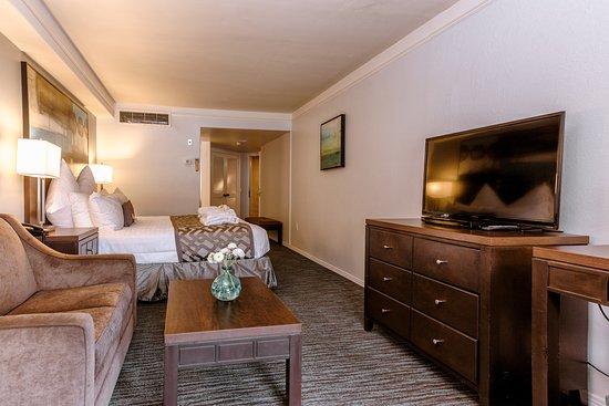 Tamarack Beach Resort and Hotel: King Bed Partial Ocean View