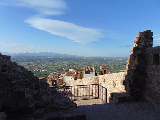 Castillo de Vilafames: Vista de la plana de Vilafamés llegando a la entrada del Castillo