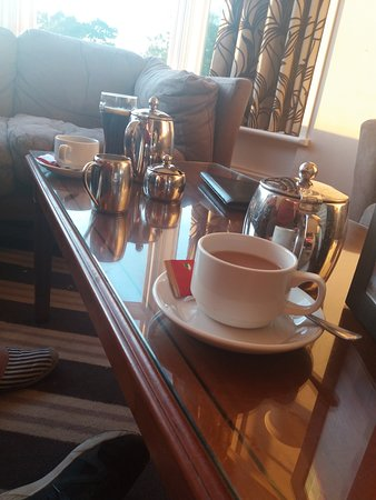 The Links Country Park Hotel: Tea and coffee in the bar watching the sunset