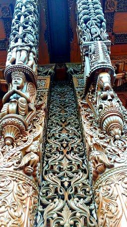 BAPS Shri Swaminarayan Mandir: Beautiful intricate Wooden work