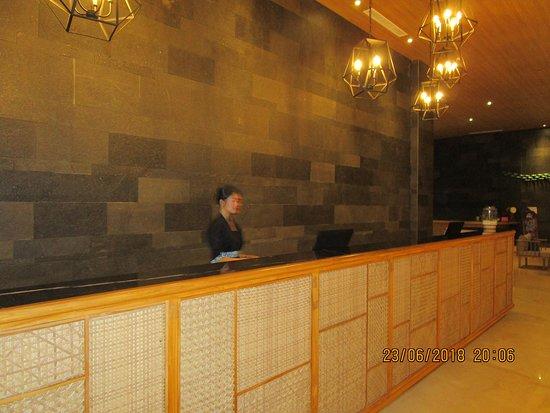 Illira Hotel: Front Desk
