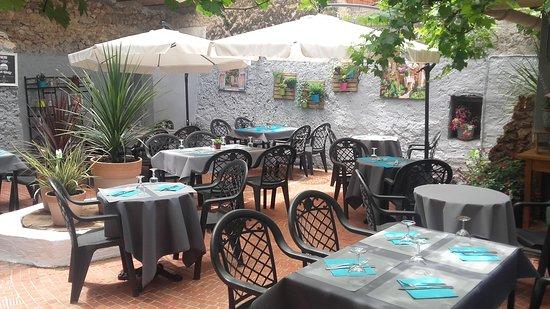 notre jolie terrasse ombragée à l\' arrière du restaurant ...