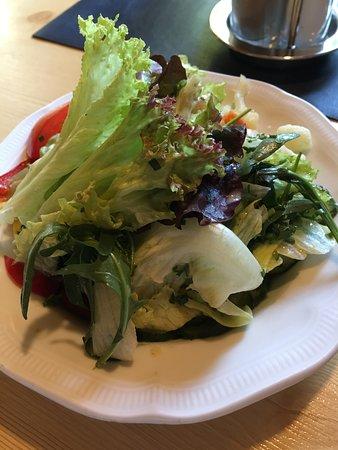 Buch in Tirol, Austria: L'insalata a corredo del piatto del cordon bleau.