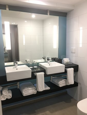 Holiday Inn Melbourne on Flinders: Two sinks... very important if traveling with family/companion!
