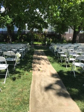 Redwood Valley, Califórnia: Wedding Ceremony Set up Outside in the Garden