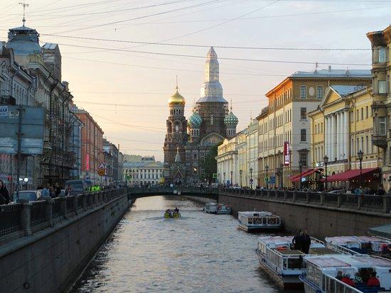 St. Petersburg, Russland: il ponte degli italiani e la chiesa sullo sfondo