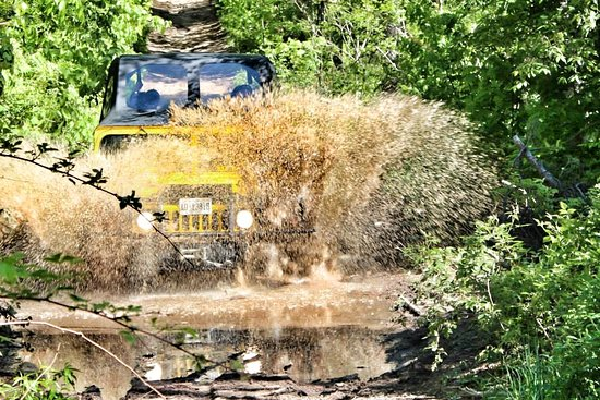 Barrie, Canada: Hummer mud splash