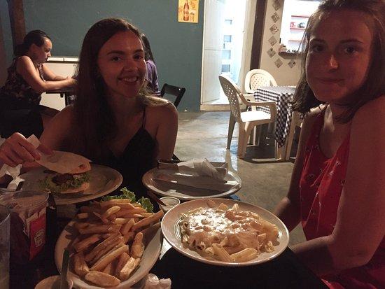Z-18 Pub & Restaurante: Com o hambúrguer, penne ao molho branco e macaxeira frita!