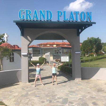 Grand Platon Hotel в июне 2018. Спокойный, красивый, цветущий 🌸
