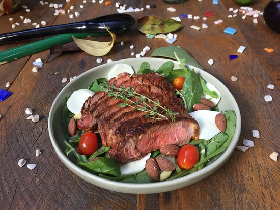 Luz da Villa: Rosbife de ancho com salada de rúcula, mozzarela de búfala e amêndoas