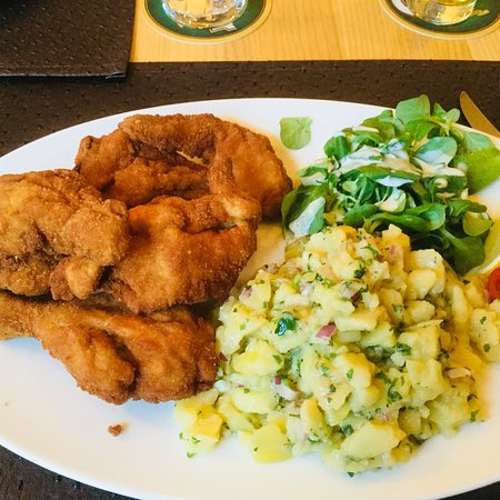 Arnoldstein, Austria: Backhendl mit Kartoffelsalat