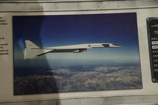 Nasjonalmuseet for amerikanske luftstyrker: North American XB-70 Valkyrie. It was 185 feet long.