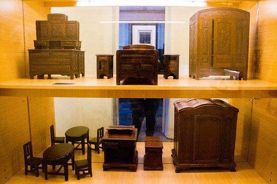 Museo Maritimo y del Presidio de Ushuaia: Muebles para muñecas realizado por presos. 1936