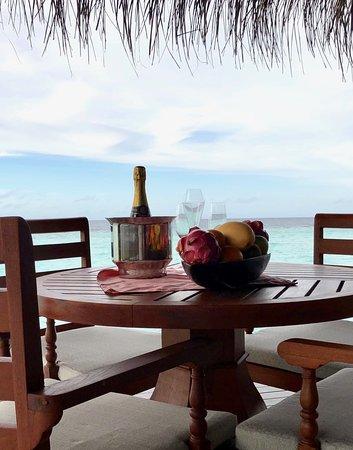 Anantara Kihavah Maldives Villas: презент от отеля - шампанское и фрукты! Сказочно приятно!