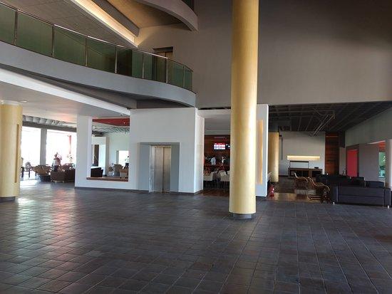 Hotel Enotel Convention & Spa: A recepção é bem ampla e possui um pé direito bem alto