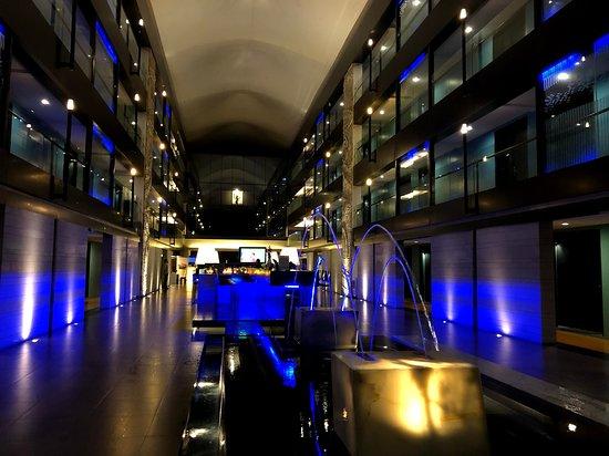 DoubleTree by Hilton Phuket Banthai Resort: エントランスから、バー、奥がフロントになっている。