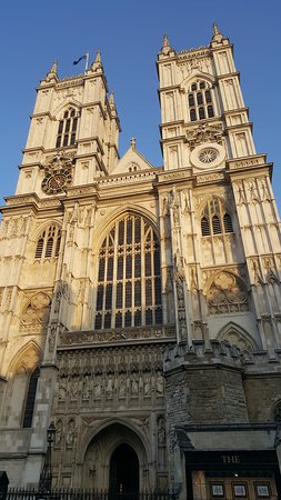 Westminster Abbey: Beautiful sun hitting the front of Wesminster Abbey