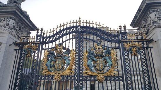 Buckingham Palace: Ornate gates to the palace