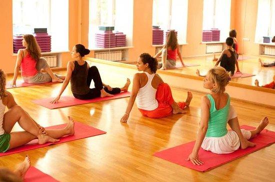 Daglig felles morgen Yoga-økt Daglig...
