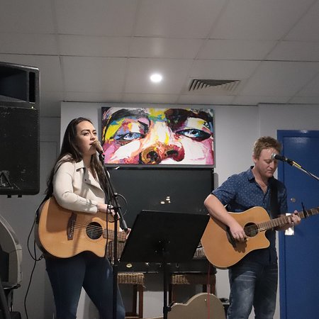 Blue Water Bar and Restaurant: Hannah and Brock combined to sing some spectacular duets.