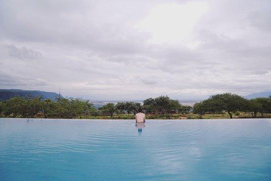 Furahia Tanzania Safari & Trekking Ltd: 酒店的无边游泳池