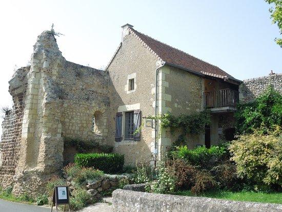 Troo, Francja: L'atelier de filage de verre Bijoux Claramints près des vestiges de la porte de Sougé