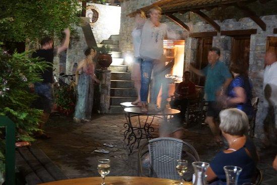 Kokkino Nero, Greece: Wieczorki taneczne w pensjonacie