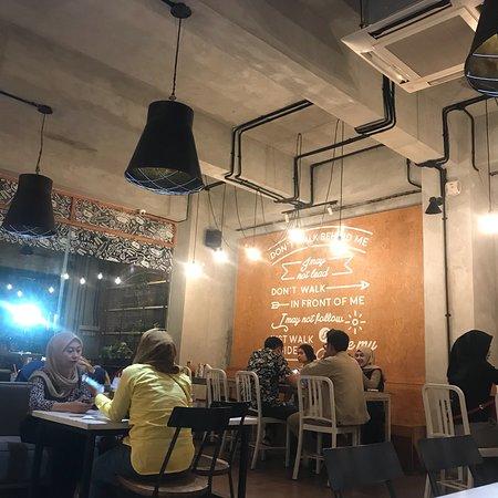 Suasana yang nyaman dan waiter yang sigap.  untuk menu makanan murah dan cukup variatif. soal ra