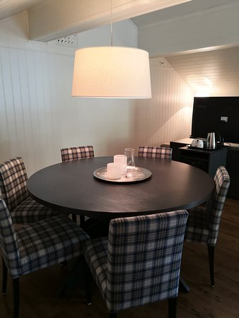Balsfjord Municipality, Norwegia: Suite - Dining table