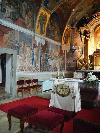 Szentendre, Hungary: De flotte fresker i koret. Der er pyntet op til bryllup.