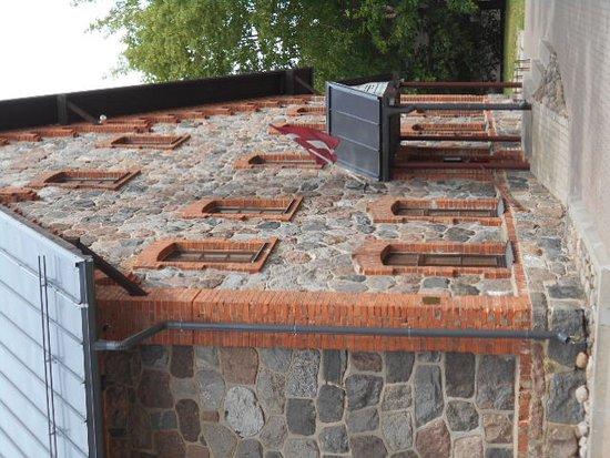 Vecgulbenes Muizas Restorans: Rödtegel i kombination med murade stenar !