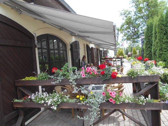 Vecgulbenes Muizas Restorans: Utomhusserveringen.