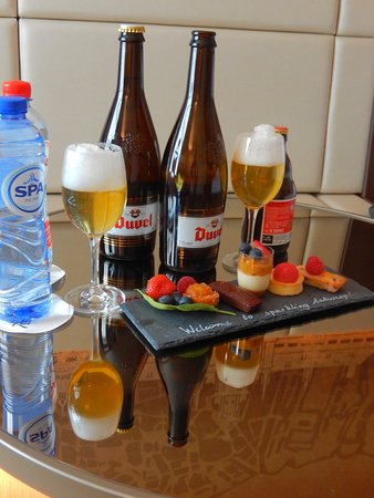 Radisson Blu Astrid Hotel, Antwerp: Welcome plate - the beers are ours...!