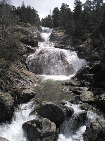 ปาร์คเนเชียนนัลเดไอกูสตอร์เตส: Cascada bajando a l'estany llebreta