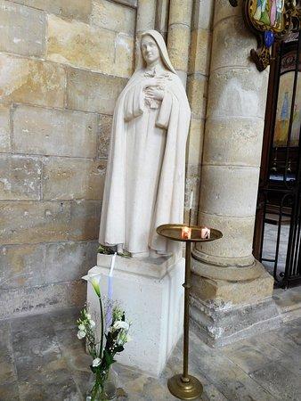 Cathedrale Saint-Gervais Saint-Protais: statue