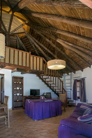 Ardea Purpurea Lodge: Detalle del salón y buhardilla de la Choza Marismeña superior