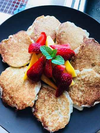 Do Chic In: Pancakes with local fruits for breakfast