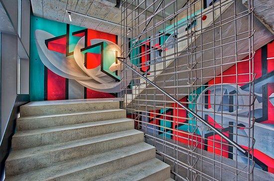 Scale decorate dai graffiti degli artisti urban peeta e joys